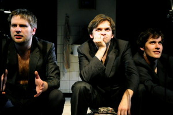 V inscenácií plnej paródie sa vám predstavia výborní mladí herci ako Juraj Ďuriš, Martin, Šalacha, Peter Brajerčík a Miro Dacho.