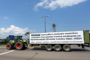 Kolóna strojov s transparentmi počas protestnej jazdy farmárov na traktoroch prechádza cez obec Ladomerská Vieska v okrese Žiar nad Hronom.