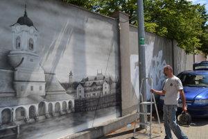 Daniel Hlavka vytvára na múre podobizne významných historických budov mesta Prešov.