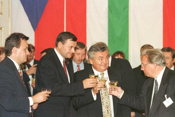 Ján Ducký (druhý sprava): bývalý minister hospodárstva, riaditeľ Slovenského plynárenského priemyslu, funkcionár HZDS a blízky spolupracovník Vladimíra Mečiara.