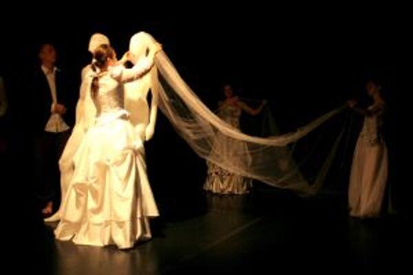 Inscenácia projekt.svadba - Mladí tvorcovia reflektujú svoj postoj k obradu.
