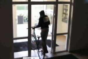 Polícia žiada o pomoc pri stotožnení neznámeho zlodeja.