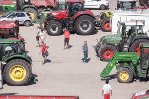 Farmári na Tyršovom nábreží.