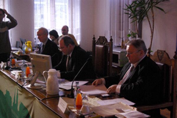 Poslanci primátorovi schválili právomoc meniť rozpočet.