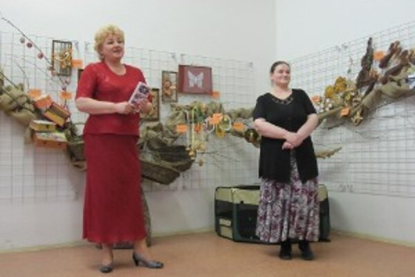 Riaditeľka Soňa Řeháková (vľavo) otvorila tohoročnú výstavu v Makovického dome.