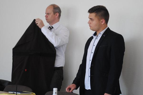 Obhajca (vľavo) so svojím klientom na Okresnom súde v Prešove v júni 2018.