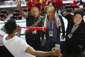 Iránski fanúšikovia v maskách Vladimíra Putina (vľavo), Donalda Trumpa (v strede) a Kim Čong-Una.