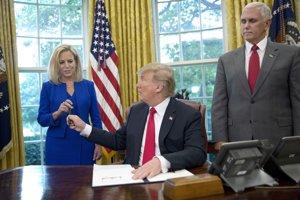 """""""Budeme mať veľa šťastných ľudí,"""" povedal Trump pri podpisovaní nariadenia."""
