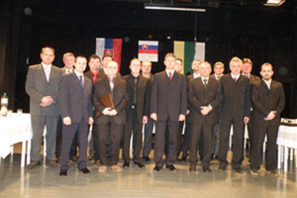 Primátor Miroslav Minárčik s poslancami. Kozák v spodnom rade prvý zľava, Solčanský v hornom rade tretí sprava.