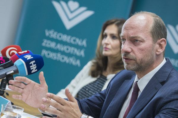 Vľavo ministerka zdravotníctva SR Andrea Kalavská a vpravo predseda predstavenstva a generálny riaditeľ VšZP Miroslav Kočan.