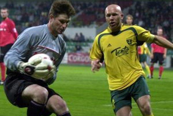 Päť rokov hrával Miro Barčík mimo Žiliny. V žlto-zelenom drese však získal tri tituly v rade. Na snímke v súboji s brankárskym matadorom z Púchova, Tomášom Bernadym.