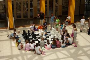 Obrie šachy vo Hôrkach. Deti sa so záujom pustili do hry.