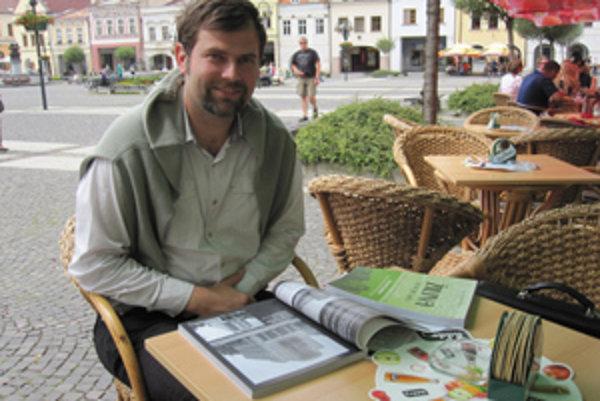 Dušan Mellner s knihou. Žilina je jeho srdcová záležitosť.