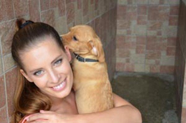 Barbora má rada zvieratá od malička. V útulku pomáha už aj v Bratislave. Teraz sa snaží pomôcť tomu žilinskému.