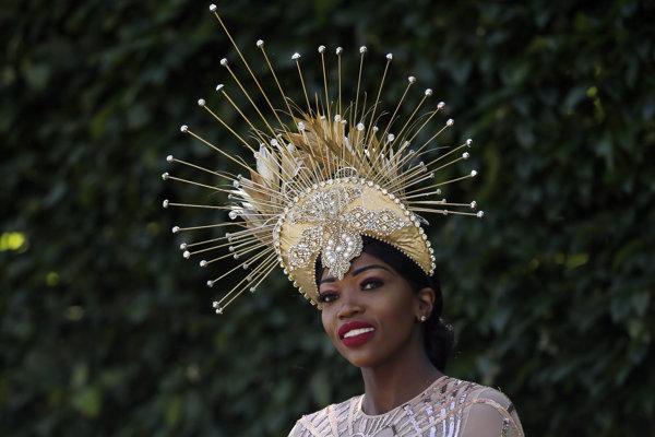 Účastníčka festivalu Royal Ascot 2018 pózuje v extravagantnom klobúku.