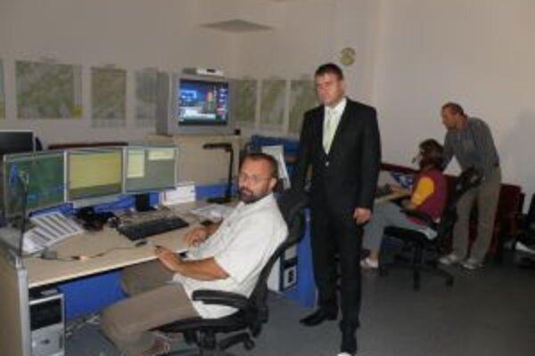 Stredisko integrovaného záchranného systému v Žiline má výnimočných operátorov. V strede prednosta Obvodného úradu Ján Sága, vpravo vedúci Miroslav Bobčík.