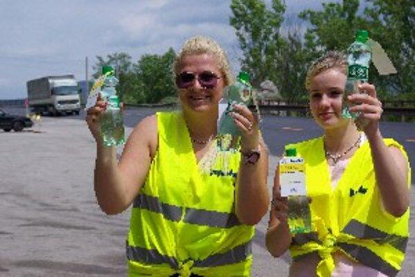 Lucia (vľavo) a Janka rozdajú medzi Strečnom a Vrútkami 10-tisíc pollitrových fliaš minerálky.