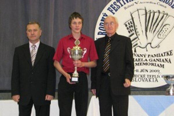 Absolútny víťaz Filip Olejník z Dubnice n/Váhom (v strede) s primátorom mesta Petrom Dobešom (vľavo) a riaditeľom festivalu Miroslavom Košnárom (vpravo).
