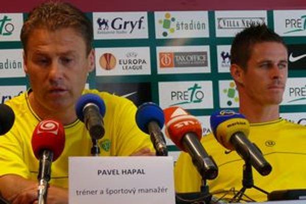 Pavel Hapal (vľavo) a Róbert Jež na predzápasovej tlačovej konferencii.