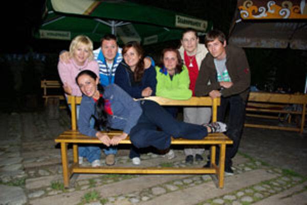 So Sisou (na lavičke)sa stretli kamaráti. Zľava: Danka, Noro, Cahelka, Táňa, Heňa, Robo.