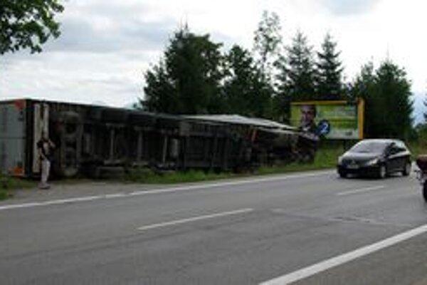 Vodič čakal pri havarovanom kamióne, kým mu preložili náklad - 16 ton drevnej štiepky.