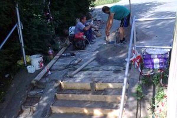 Tento týždeň by mali opraviť aj dve schodiská v okolí bývalej športovej haly.