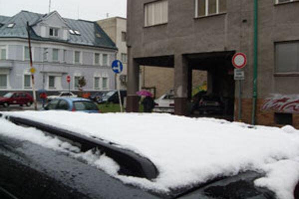 Sneh dnes padal aj v Žiline. Toto auto ho však priviezlo z Kysúc.