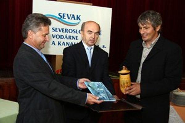 Na oslave v piatok 25. septembra sa krstu knihy ujal Jaroslav Slúčik, 10-násobný majster sveta v zjazde na divokej vode (vpravo) a generálny riaditeľ SEVAK Miroslav Kundrík. V strede Jozef Vrábel.