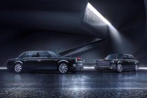 """Generálny tajomník ostáva verný domácej produkcii - jeho limuzína Hongqi L5 je najdrahšie auto vyrobené v Číne. """"Hongqi"""" znamená v čínštine červenú zástavu, symbol tamojšej komunistickej strany. Limuzína je dlhá šesť metrov, váži tri tony a má kľučky vyrobené z nefritu (jadeitu)."""