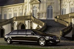 Mercedes-Benz Pullman S600 kenského prezidenta je nepriestrelný podľa štandardu ERV 2010 a namiesto evidenčného čísla má tabuľku so štátnym znakom.