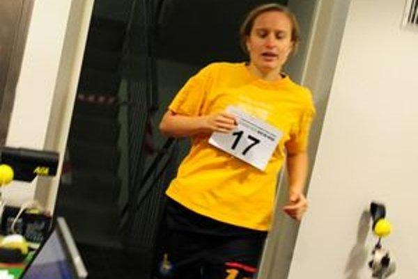 V behu do schodov súťažili aj ženy.