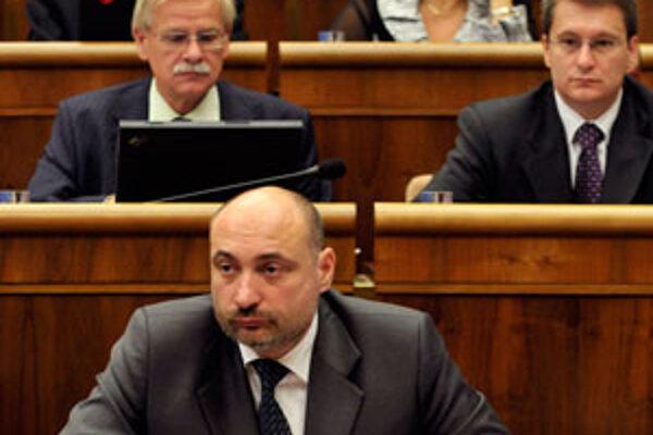 Alexander Slafkovský (vľavo hore) v lavici Národnej rady Slovenskej republiky.