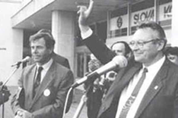 Pred 20. rokmi na balkóne hotela Slovakia Karol Honner (v strede) a Milan Čič. Počúval ich tridsaťtisícový dav Žilinčanov.