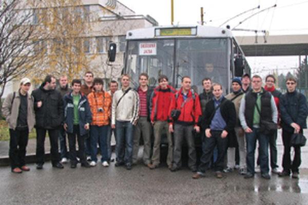 Nadšenci pred trolejbusom pokrstili prvú publikáciu o metskej doprave v Žiline.