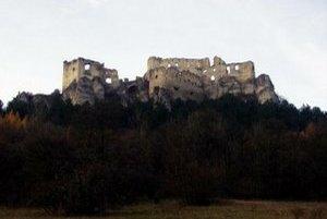 Zrúcanina hradu Lietava v novembri.