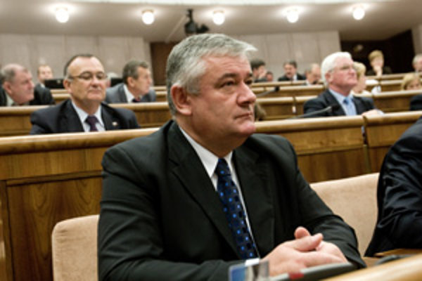 Hoci patrí Slota medzi najväčších absentérov, do krajského parlamentu ho opäť zvolili. v meste Žilina však pohorel.
