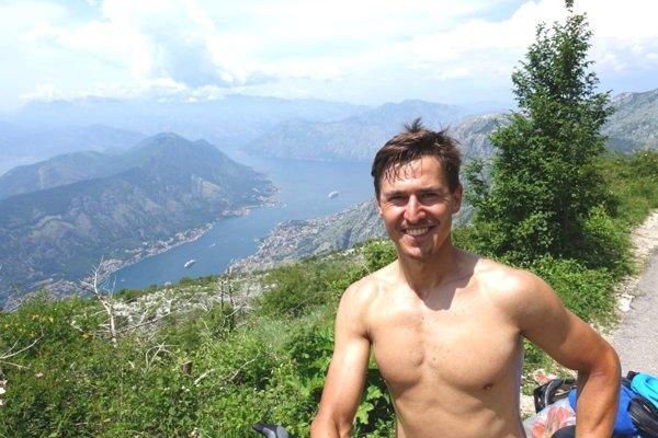 Matej Rajčan sa odfotil pri výhľade na Kotorský záliv.