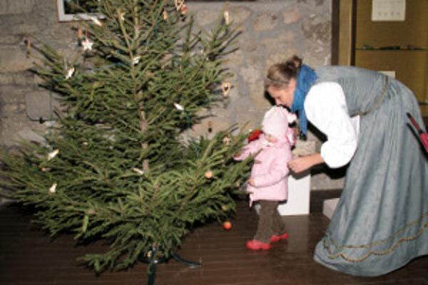K príjemným okamihom patrí aj zdobenie stromčeka. Ruku k dielu budú môcť pridať aj návštevníci hradu.