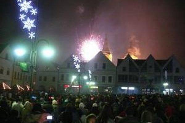 Niekoľko tisíc Žilinčanov takto privítalo Nový rok 2009 v centre mesta na Mariánskom námestí.