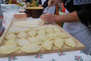 S prípravou hriňovských pirôh už začala zodpovedná kuchárka Lenka Žiaková.