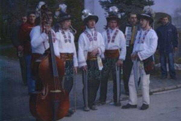 Fašiangári vo frivaldských krojoch.