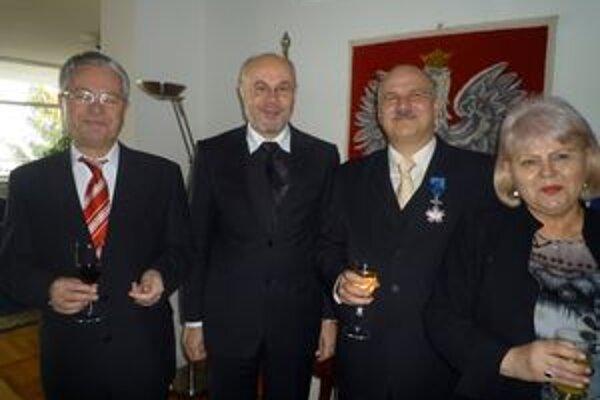 Waldemarovi Oszczedovi (druhý sprava) blahoželal aj primátor Peter Korec (vľavo) a prednosta mestského úradu Ľubor Guniš (v strede).