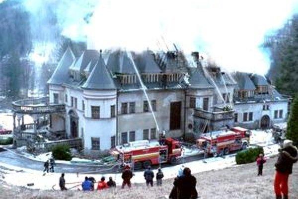 Lovecký zámok dal v rokoch 1914 – 1916 postaviť gróf Ballestrém. Dnes mu horí strecha.