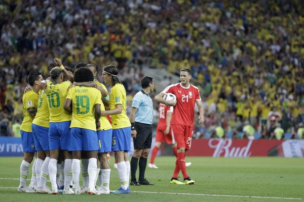 Futbalisti Brazílie oslavujú gól v sieti Srbska.