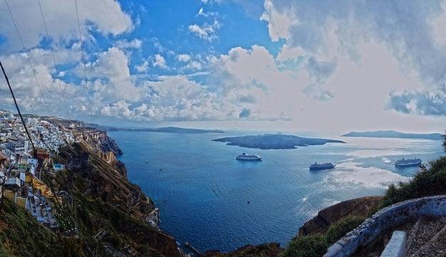 Santorini: Výhľad na slávnu kalderu.