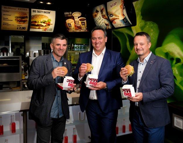 Zoltán Vida a Anton Novotný, franšízanti reťazca McDonald´s s Richardom Boháčom, development Manager McDonald's Slovakia. Prevádzka McDonald´s v Bratislave v roku 2018.