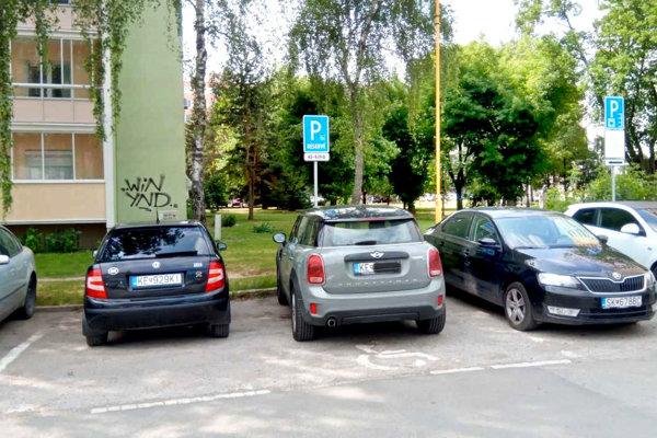 Brixiho auto na vyhradenom ZŤP mieste na Braniskovej.