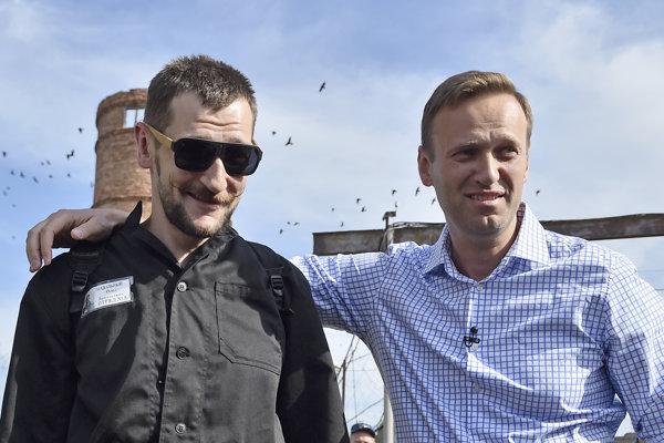 Ruský opozičný líder Alexej Navaľnyj (vpravo) s bratom Olegom.