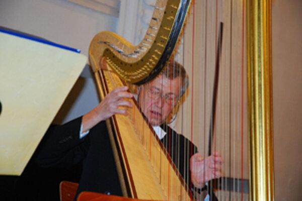 Z grantu japonskej vlády kúpil ŠKO aj harfu, na ktorej hrá Tibor Kováč