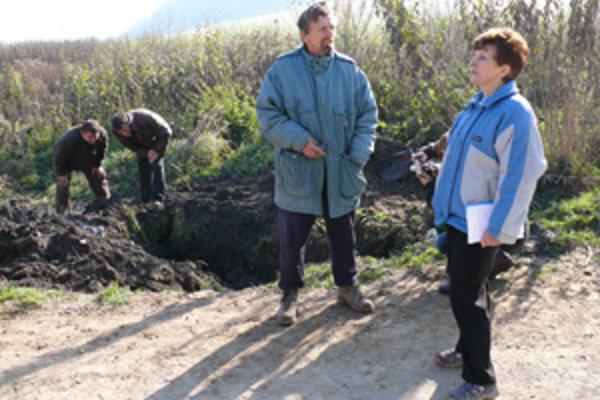 Riaditeľ spoločnosti T+T Miloslav Sokolovský (vzadu) sa pozerá na záhadnú rúru. Anna Smikoňová (vpravo) chce vysvetlenie..